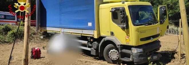 Tenta di fermare il camion sfrenato, ma viene travolto: tragedia a Passignano