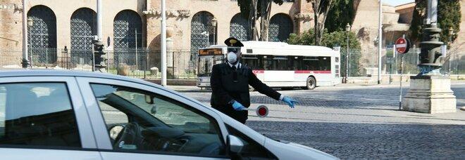 """Roma, viola il """"coprifuoco"""": fuga e rissa dopo l'alt dei carabinieri. Nell'auto aveva crack"""
