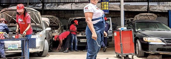 La prima donna meccanico della Nigeria, ho coronato il mio sogno e ora aiuto le altre donne