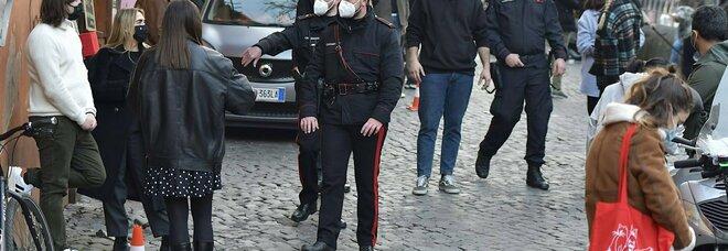 Roma, assembramenti, chiuse piazze a Trastevere e San Lorenzo, violate le norme anti Covid