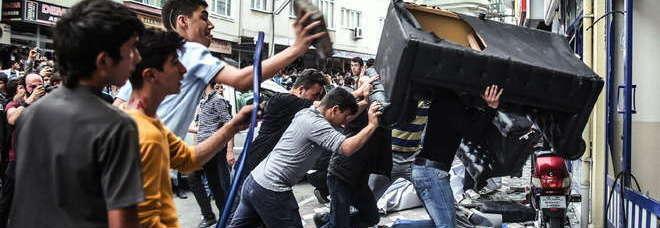 Turchia, strage in miniera: quasi 300 morti. Il Papa: «Liberate chi è ancora vivo». Erdogan: «Un normale incidente di lavoro». Violenti scontri a Istanbul