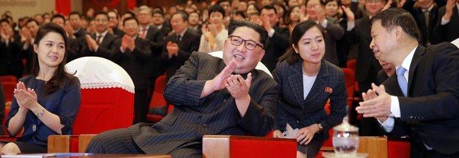 Kim Jong-un con la moglie Ri Sol Ju, a sinistra