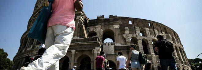 Alcuni turisti al Colosseo prima dell'inizio dell'epidemia