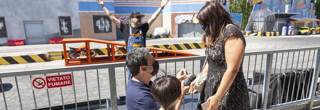 Andrea chiede la mano di Francesca a Mirabilandia. L'anello tra le acrobazie in auto