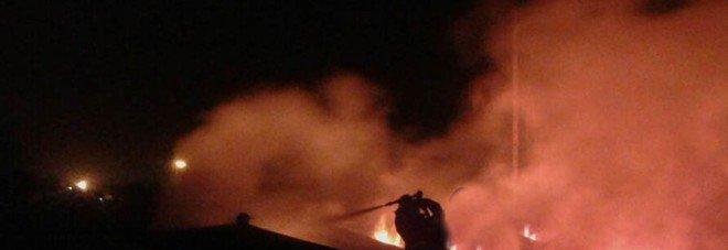 Roma, fiamme nel campo nomadi della Barbuta: in fumo sostanze tossiche