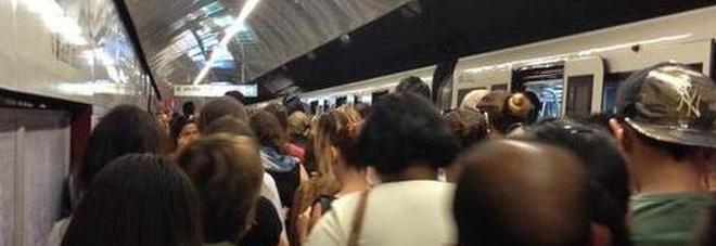 Roma, fumo nella metro, chiusa stazione Piazza Vittorio: fiamme in un tunnel