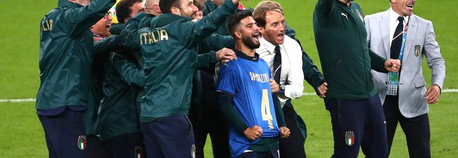 Italia-Spagna, Insigne esulta con la maglia di Spinazzola e parte il coro: «Olè Spina!»