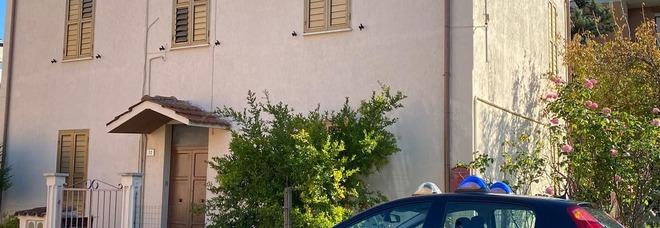 """Terni, affamato """"ruba"""" una melagrana: i carabinieri gli comprano due tramezzini"""