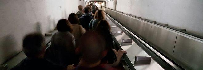 Roma, scale mobili in tilt alla metro Barberini: passeggeri in fila