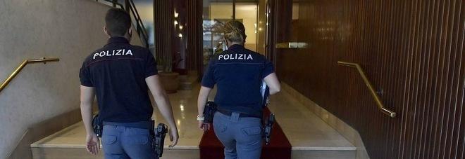 Roma, donna trovata morta in casa: tracce di sangue sul pavimento della camera e del salone