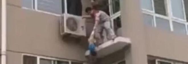 Bimbo sta cadendo dal quinto piano, militare rischia la vita e lo afferra al volo Video