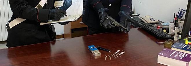 Foto con una pistola per minacciare la ex, denunciato per stalking