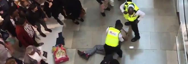 Incidente al centro commerciale: uomo precipita su una donna dal piano superiore