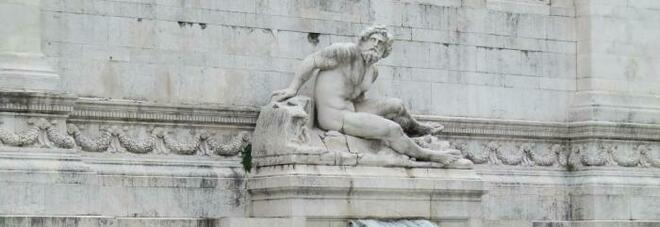 Roma, turista immerge i piedi nella fontana di piazza Venezia: multa di 300 euro