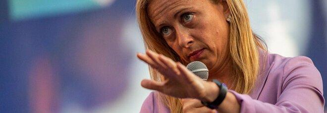 «Calva per troppo testosterone», Giorgia Meloni insultata dall'ex sindaca di Rho. «Lei dovrebbe dare l'esempio»