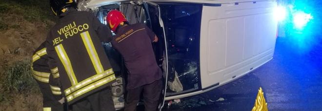 Il furgone rovesciato e l'intervento dei vigili del fuoco