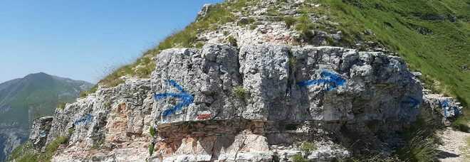 Parco Nazionale Monti Sibillini, ignoti sfregiano le rocce con una bomboletta spray