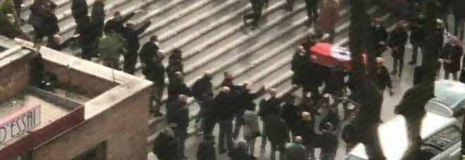 Roma, funerale fascista al nomentano: cori e saluti romani alla bara avvolta in una bandiera con la celtica