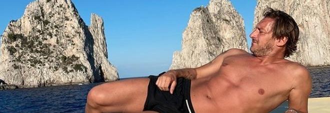 Francesco Totti e la foto in costume in barca. I fan notano un dettaglio: «Che hai scritto capità?»