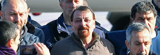 Cesare Battisti: «Sospendo lo sciopero della fame». Trasferito dal carcere di Rossano a quello di Ferrara
