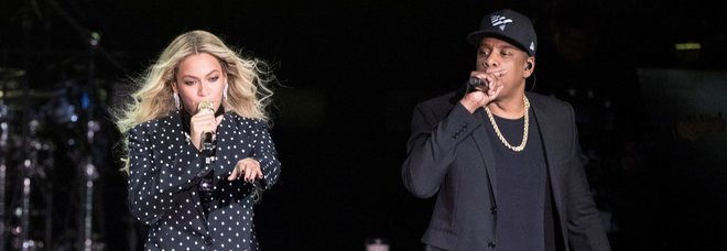 Beyoncé e Jay-z, paura al concerto: un uomo fa irruzione sul palco e li insegue Video