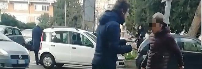 Coppia di cinesi aggredita con una bottiglia di vetro: «Andate via avete il coronavirus»