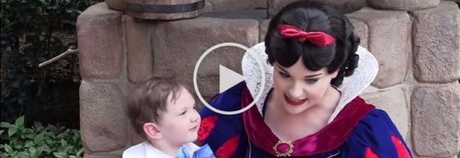 Il bimbo autistico innamorato di Biancaneve. Il video a Disney World lascia senza parole