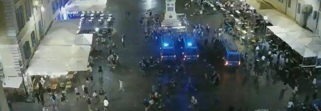 Roma, movida e lancio di bottiglie: scontri con la polizia a Campo de' Fiori