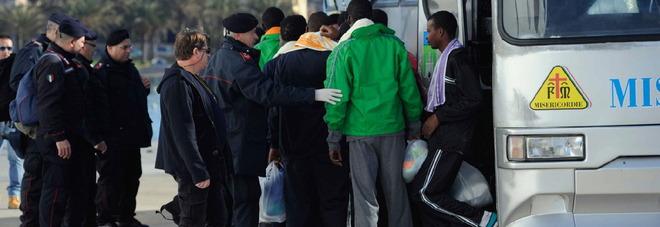 Migranti, banda rilasciava permessi di soggiorno falsi: cinque ...