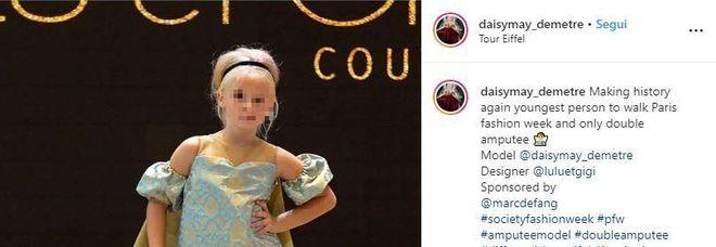 Daisy May, 9 anni, sfila con le protesi alla Fashion Week di Parigi: «Sono qui a fare la storia»