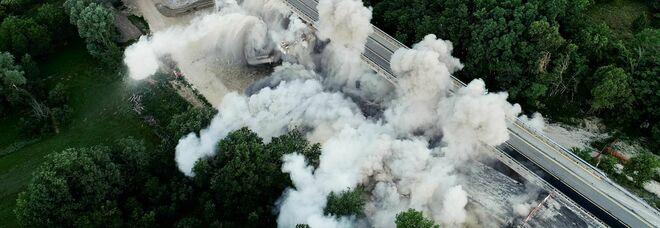 Abruzzo, il viadotto della Fornaca in A24 demolito con l'esplosivo: le immagini spettacolari