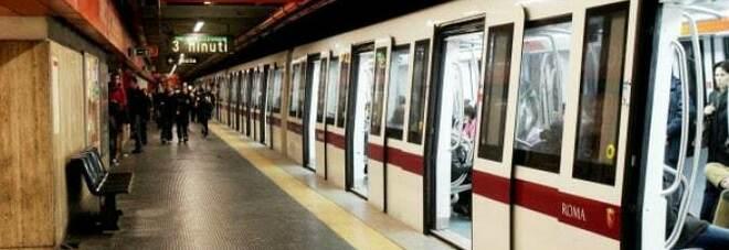 Roma, donna travolta dalla metropolitana alla stazione Arco di Travertino: gravissima