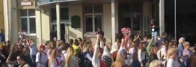 Bielorussia, centinaia di donne di nuovo in piazza a Minsk gridano: «Vergogna». Almeno 10 arresti