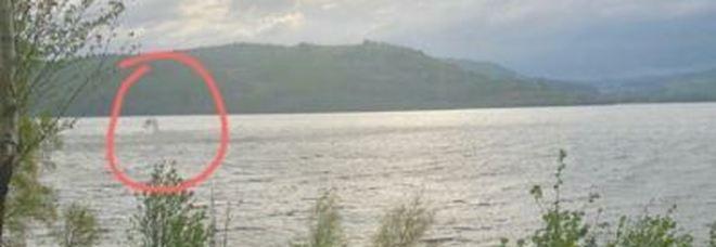 Ezio Greggio fotografa il mostro di Loch Ness: è una bufala?