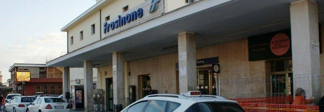 Spaventato dai botti di Capodanno scappa e si rifugia su treno, cagnolino salvato dalla polizia a Frosinone