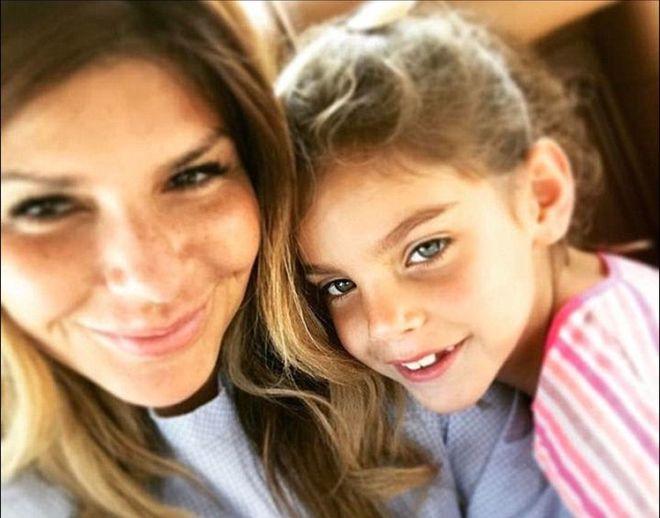 Ellie Holman con una delle sue tre figlie