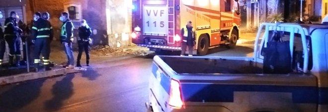 Marino, danneggia con l'auto tubatura del gas e scappa: ricercato