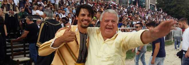 luca Innocenzi in gara su Guitto fa festa insieme al priore onorario del Cassero Aldo Amoni