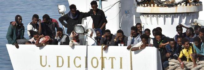 Migranti, Viminale blocca nave italiana Vos Thalassa con 66 a bordo: trasferiti sulla Diciotti della Guardia costiera