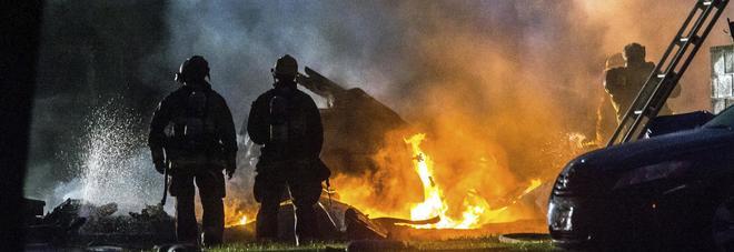 Un aereo Cessna si schianta sulle case. Tre morti e due feriti, famiglia distrutta