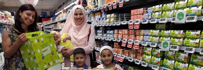 Ha le doglie al supermarket, i commossi le prestano i soccorsi. «Senza di loro non ce l'avrei fatta»
