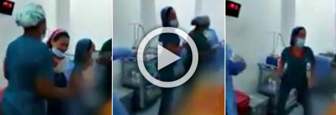 Le infermiere ballano davanti al paziente sotto anestesia: licenziate