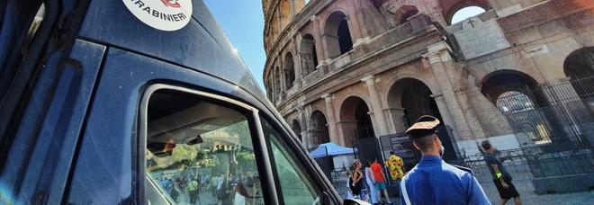 Roma, vendevano ciarpame al Colosseo: maxi multa da 11mila euro agli abusivi
