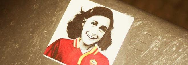 L'adesivo di Anna Frank con la maglia della Roma comparso nel quartiere Monti