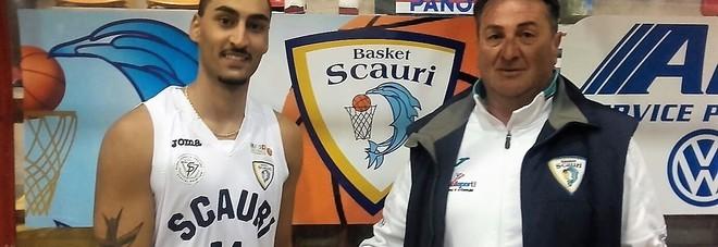 La guardia-play Joshua Giammò con il presidente del Basket Scauri Roberto Di Cola
