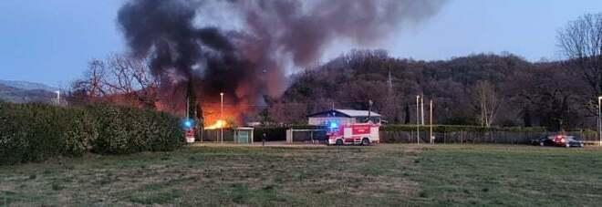 Incendio in un capannone in via dell'Informatica: intervengono i vigili del fuoco