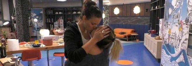 Grande Fratello, Veronica bacia Lucia: « Tu sei casa»
