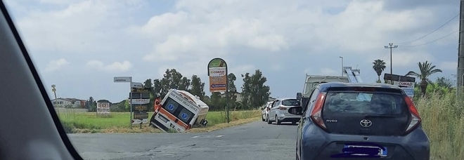 Incidente in via Selciatella ad Aprilia, ambulanza finisce fuori strada