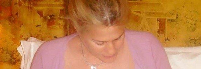 Heather Parisi e la foto a seno nudo mentre allatta i suoi gemelli: è polemica sul web