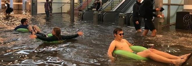 svezia, la metro si allaga per la pioggia: i pendolari trasformano la stazione in una piscina (video)